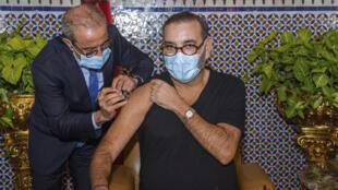 العاهل المغربي محمد السادس يتلقى جرعة من لقاح COVID-19 في مدينة فاس يوم 28 يناير 2021