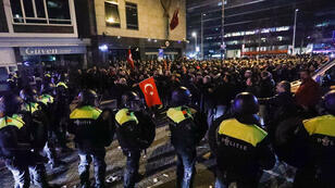 الشرطة الهولندية تفرق بالقوة مظاهرة موالية لأردوغان في روتردام