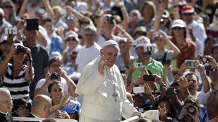 البابا فرانسيس في ساحة القديس بطرس في الفاتيكان 26 أغسطس 2015.