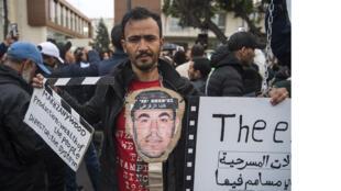 يحمل مؤيدو حركة الحراك الشعبي المغربية لافتات ويطلقون شعارات تطالب بالإفراج عن أعضاء الحركة خارج محكمة استئناف الدار البيضاء خلال محاكمتهم يوم 5 أبريل 2019
