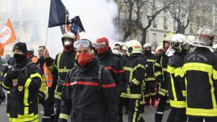 رجال الإطفاء يحتجون على ظروف عملهم في باريس يوم 28 يناير/ كانون الثاني 2020