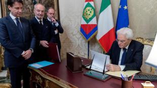 الرئيس الإيطالي سرجيو ماتارلا يمضي على وثائق