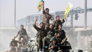 مقاتلون من قوات سوريا الديمقراطية يحتفلون بانتصارهم في مدينة الرقة السورية 17 تشرين الأول/أكتوبر 2017