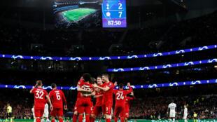 لاعبو بارين ميونيخ يحتفلون بالهدف السابع في مرمى توتنهام الإنكليزي