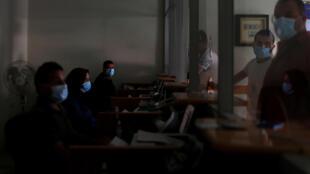 مواطنون من غزة ينتظرون دورهم داخل مكتب لتوزيع المساعدات القطرية في ظل انقطاع الكهرباء وتفشي وباء كورونا ( 09 سبتمبر 2020)