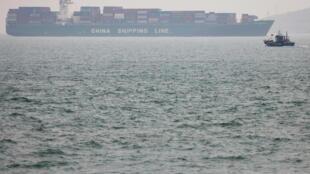 سفن ومعدات لإزالة النفط من ناقلة نفط معطوبة في الصين