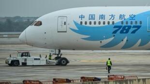 طائرة صينية في مطار ويهان
