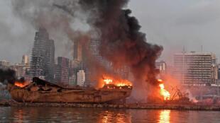 صورة لسفينة تلتهمها النيران في مرفأ بيروت في 4 أغسطس 2020