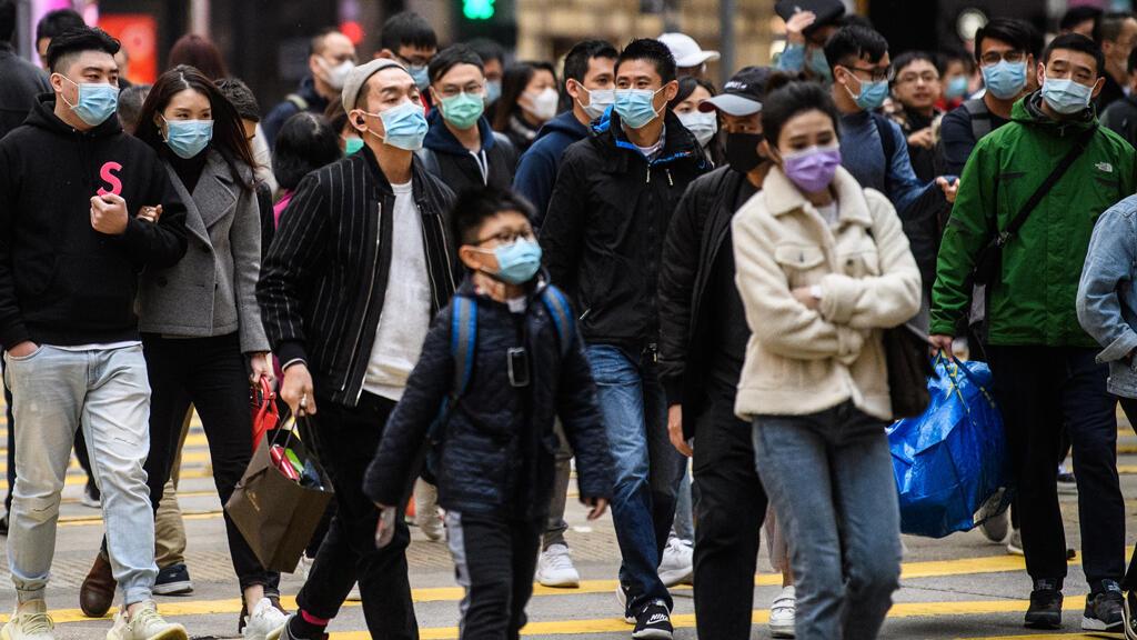 مارة يضعون أقنعة على وجوههم وقاية من فيروس كورونا، هونغ كونغ، الصين