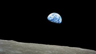 صورة للأرض التقطت من فوق سطح القمر