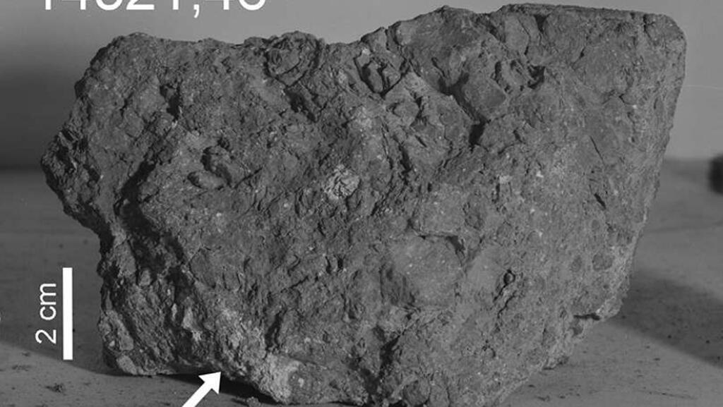 صخرة من سطح القمر-