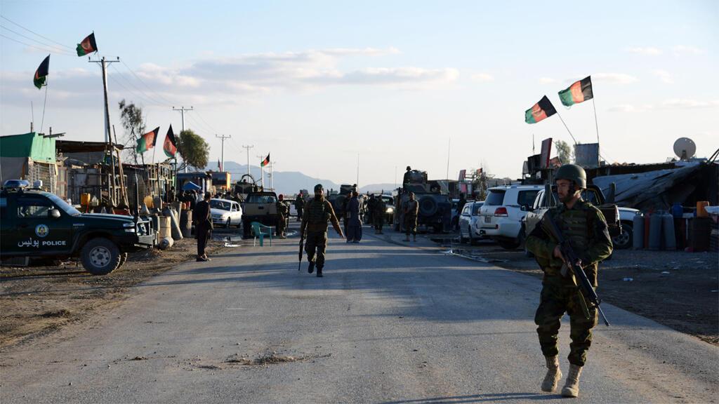 عناصر من الشرطة والجيش الأفغاني أمام مطار قندهار- أرشيف