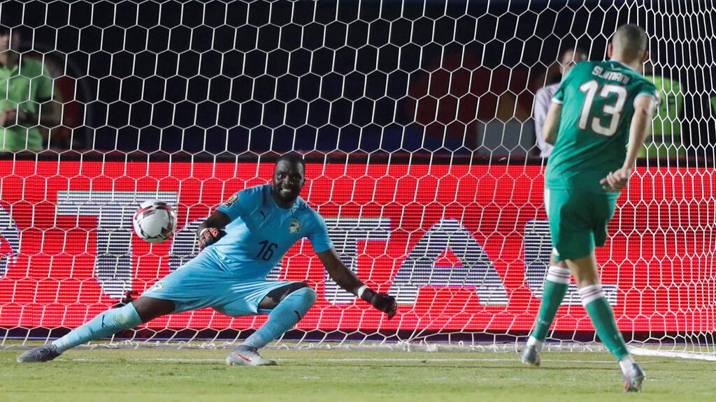اللاعب الجزائري سليماني خلال تنفذه ركة جزاء ترجيحية