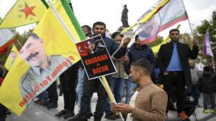 أكراد يحملون الأعلام واللافتات خلال مظاهرة لدعم أكراد سوريا وضد الهجوم التركي على شمال شرق سوريا في 2 نوفمبر 2019 في ساحة الجمهورية في باريس.