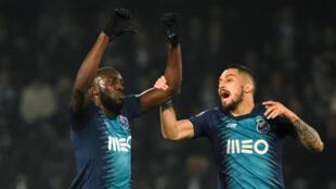 موسى ماريغا (على اليسار) لاعب فريق بورتو البرتغالي الذي تعرض لهتافات عنصرية