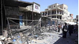 اليمنيون يتجمعون في أحد الشوارع في سوق قديم بعد حصول اشتباكات