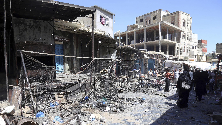 اليمنيون يتجمعون في أحد الشوارع في سوق قديم في 27 أبريل 2019 ، في مدينة تعز الثالثة في اليمن بعد اشتباكات بين ميليشيات موالية للحكومة أسفرت عن مقتل طفلين