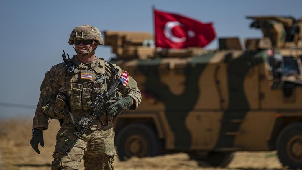 جندي أمريكي مشارك في الدوريات الأمريكية التركية المشتركة في شمال سوريا