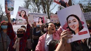 احتشد مئات الأشخاص في عاصمة قرغيزستان بشكيك يوم الخميس 8 ابريل نيسان 2021 للمطالبة بحماية حقوق المرأة وإقالة قادة الشرطة بعد العثور على امرأة شابة ميتة اختطفت من أجل الزواج