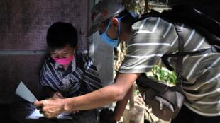 حصة تعليم في أحد شوارع إندونيسيا
