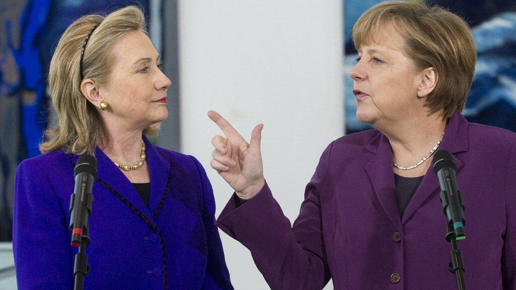 المستشارة الألمانية أنجيلا ميركل تتحدث إلى هيلاري كلينتون