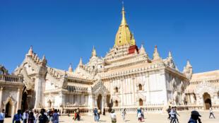 سياح يزورون معبد أناندا في باغان في بورما  - 18 يناير/كانون الثاني 2020