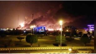 أعمدة دخان تتصاعد عقب حريق بمحطة لشركة أرامكو في بقيق بالسعودية