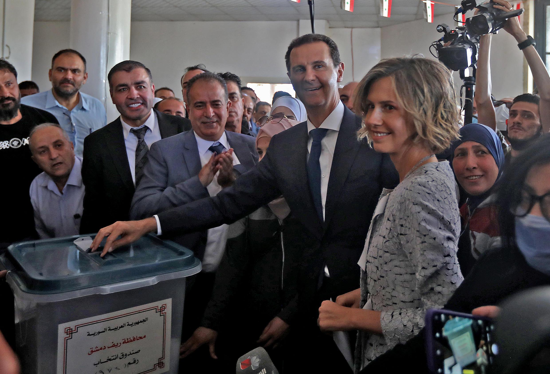أدلى الرئيس السوري بشار الأسد وزوجته أسماء بأصواتهما في مركز اقتراع في دوما، بالقرب من دمشق في 26 مايو 2021