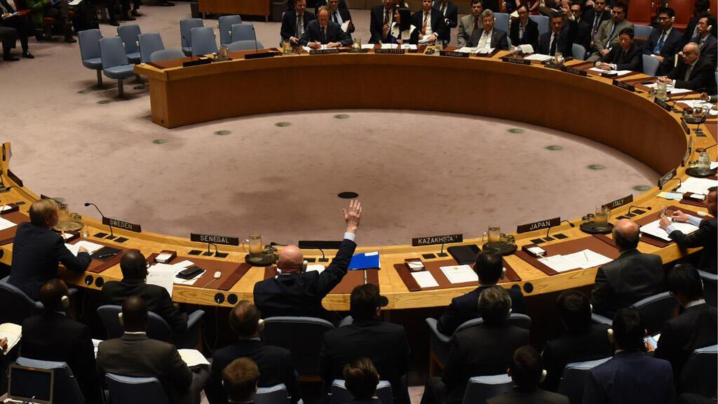 """سفير روسيا (يرفع يده) ب""""لا"""" ضد مشروع القرار حول السلاح الكيميائي، مجلس الأمن 24-10-17"""