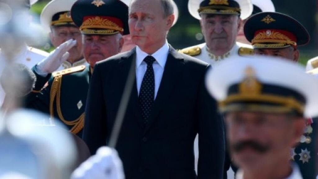 الرئيس الروسي بين عناصر من قادة الجيش