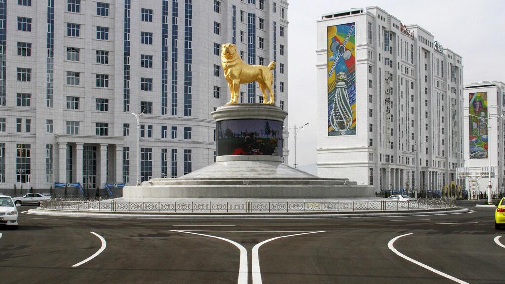 تمثال الكلب العملاق في عاصمة تركمانستان