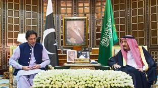 العاهل السعودي الملك سلمان بن عبد العزيز يستقبل رئيس الوزراء الباكستاني عمران خان في الرياض يوم 15 أكتوبر 2019