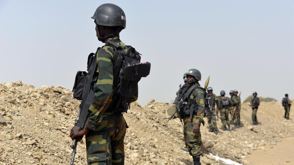 قوات من الجيش الكاميروني قرب الحدود مع نيجيريا 17 شباط/فبراير 2015