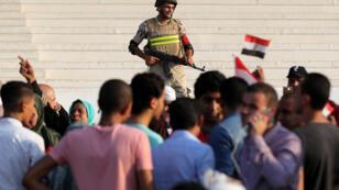 جندي مصري يراقب مظاهرة ضدّ السيسي