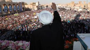 الرئيس الإيراني حسن روحاني يلمح وهو يتحدث أمام حشد من الناس في يزد-