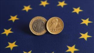 يورو يوناني (يسار) إلى جانب عملة اليونان القديمة (الدراخمة) على خلفية العلم الأوروبي