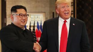 الرئيس الأمريكي دونالد ترامب يصافح الزعيم الكوري الشمالي كيم جونج أون