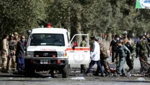 القوات الأمنية والاسعاف في منطقة الانفجار في كابول