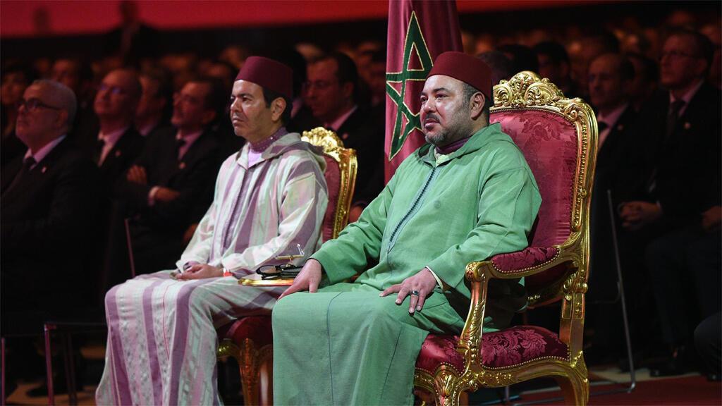 الملك محمد السادس وشقيقه الأمير مولاي رشيد خلال حفل توقيع مشاريع في منطقة الصحراء الغربية 7 تشرين الثاني/نوفمبر 2015