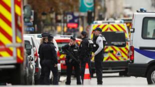 رجال الشرطة  أمام مقر محافظة شرطة باريس