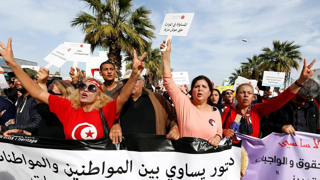 نساء يتظاهرن في تونس للمطالبة بالمساواة في الميراث/ رويترز