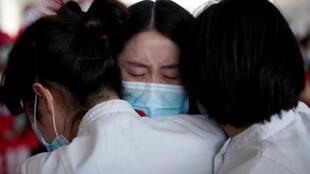 طاقم طبي صيني يذرف الدموع في ظل أزمة وباء كورونا