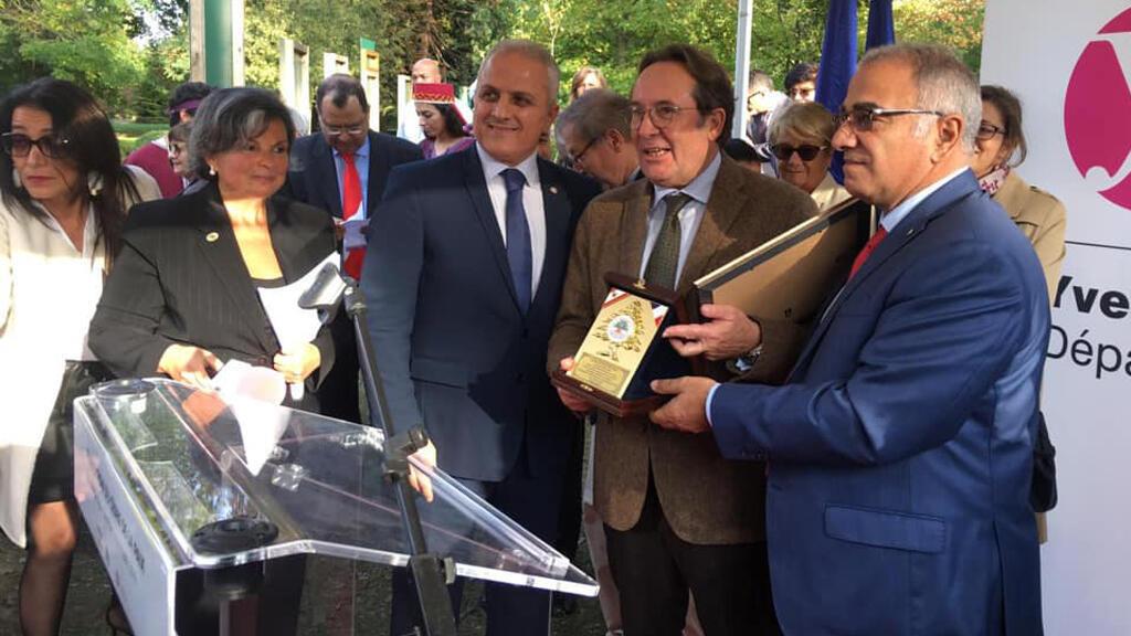 جولي كلاس ساتر، موسى غانم، روجيه هاني وشخصيات أخرى لبنانية وفرنسية خلال حفل زرع شجرة الأرز في مدينة فرساي، فرنسا