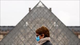 أمام متحف اللوفر في العاصمة باريس