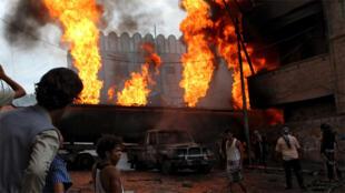 شاحنة وقود مشتعلة خلال اشتباكات  في تعز، اليمن 25 مايو 2015