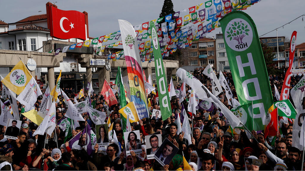 متظاهرون من حزب الشعوب الديمقراطي