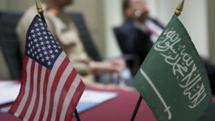 العلم الامريكي  و علم المملكة العربية السعودية