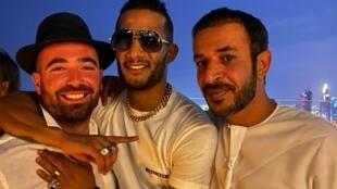 الممثل المصري محمد رمضان يتوسط حمد المزروعي وعومير آدم ( على اليسار في الصورة) في دبي