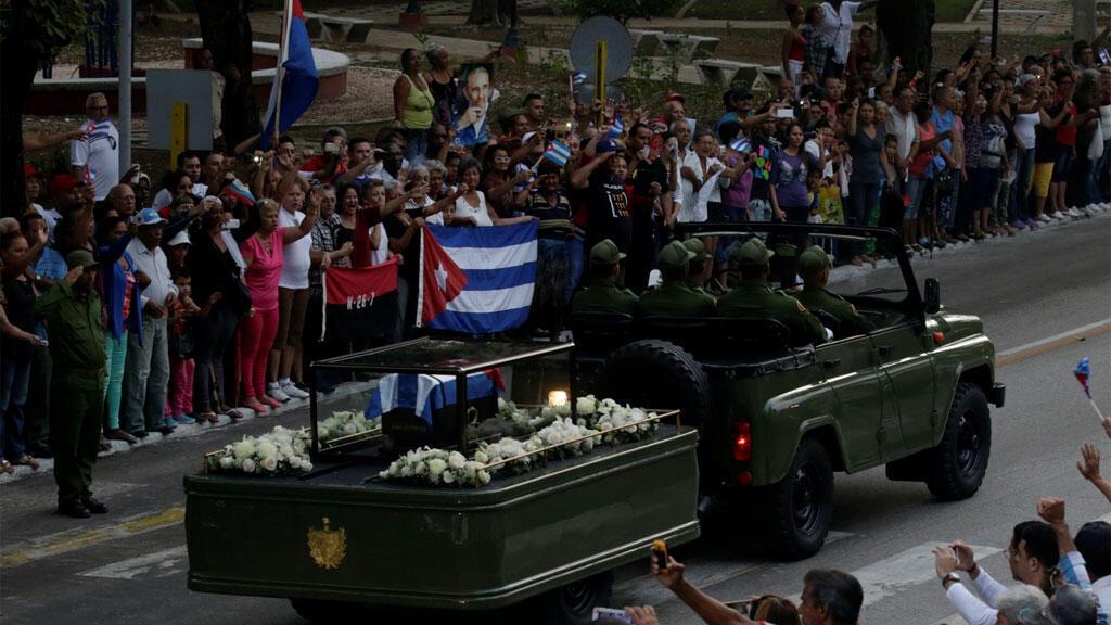 القافلة التي تحمل رماد فيدل كاسترو  في طريقها الى شرق مدينة سانتياغو دي كوبا