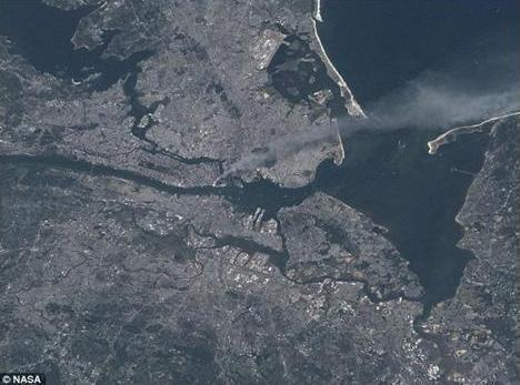 هجمات 11 أيلول كما سجلتها عدسة رائد فضاء أمريكي